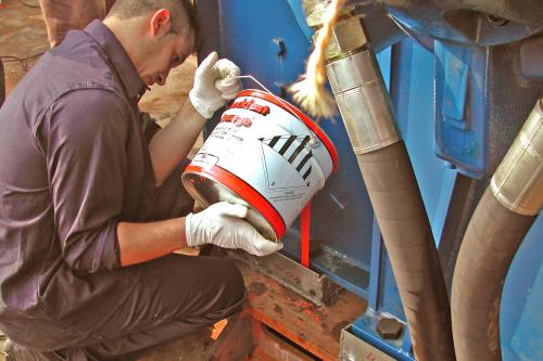 Vertido de resina CHOCKFAST Naranja en el anclaje de motor principal
