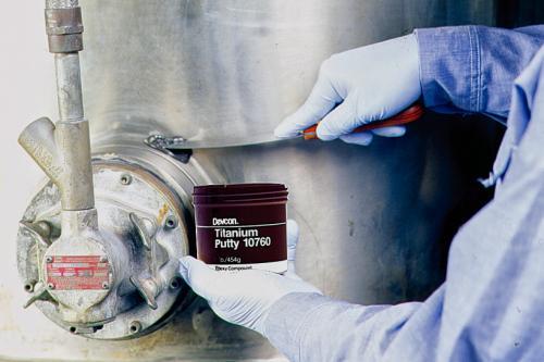 Reparación de tanque metálico mediante soldadura en frío con DEVCON Pasta Titanio