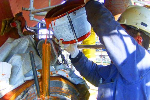 Vertido de resina durante la instalación de un portacasquillos de bocina