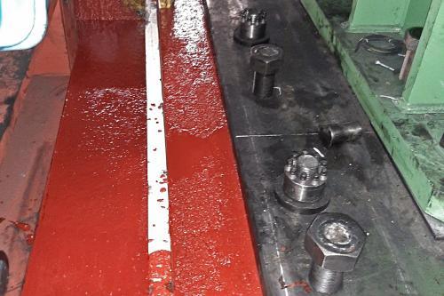 Detalle del grout epoxy Chockfast Rojo y pernos de anclaje