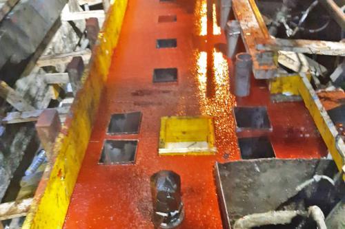 Detalle del encofrado y vertido del mortero epoxi Chockfast Rojo