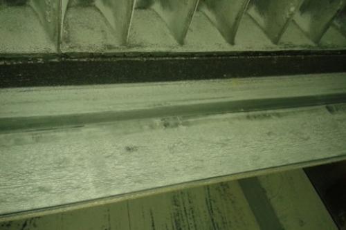 Reparación de la banda transportadora con cajones en una planta cementera