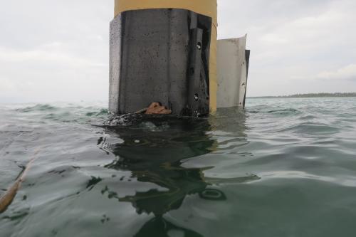 Montaje  TidalWrap sistema de protección de pilotes marinos