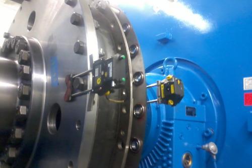 Montaje y alineación de motores en tándem para propulsión silenciosa
