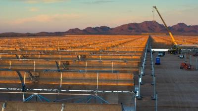 Instalación del generador y de la turbina en la planta solar Xina Solar One