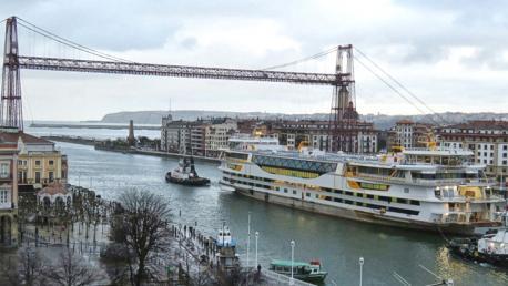 El ferry bajo el Puente de Portugalete en su salida del muelle de La Naval en Sestao.